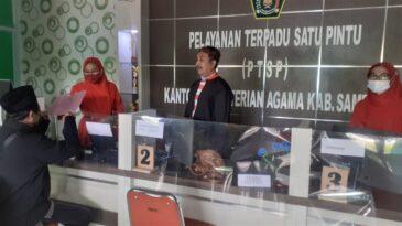 Keren, ASN Kemenag Sampang Layani Warga dengan Pakaian Adat Madura